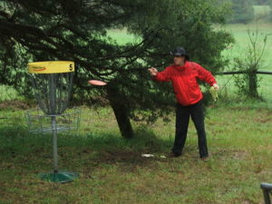 Disc golf player putting at the Flying Eye tournament